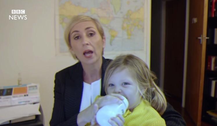 Atriz dá leite para filha durante entrevista