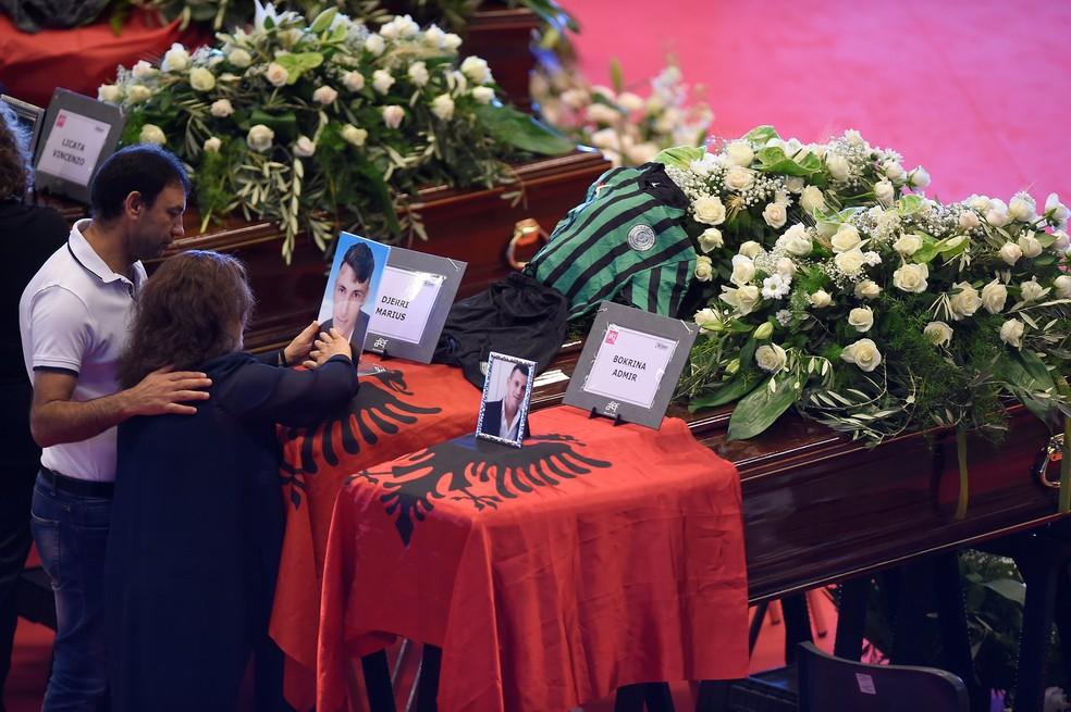 Familiares participam de funeral de vítimas de queda de ponte em Gênova, na Itália (Foto: Massimo Pinca/Reuters)