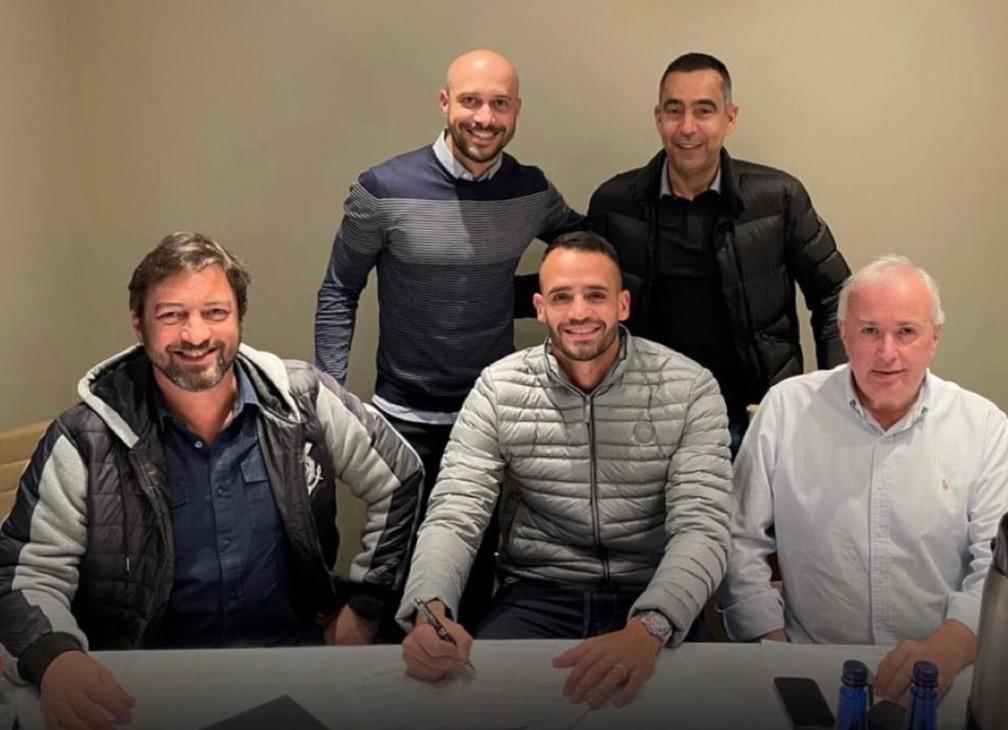 Renato Augusto na assinatura de contrato com o Corinthians — Foto: Divulgação