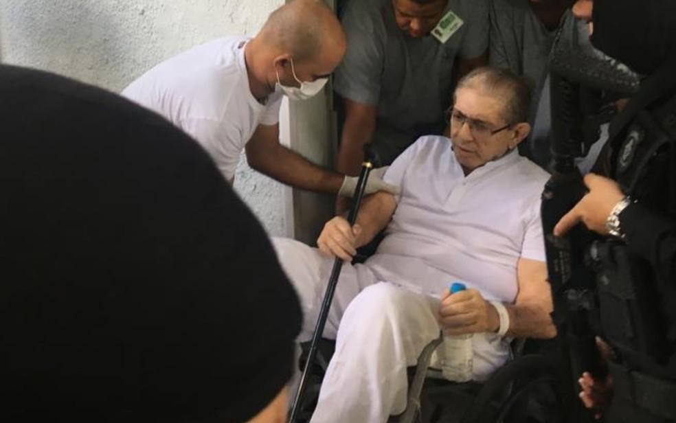 João de Deus deixa hospital em Goiânia em cadeira de rodas — Foto: Rodrigo Gonçalves/ G1