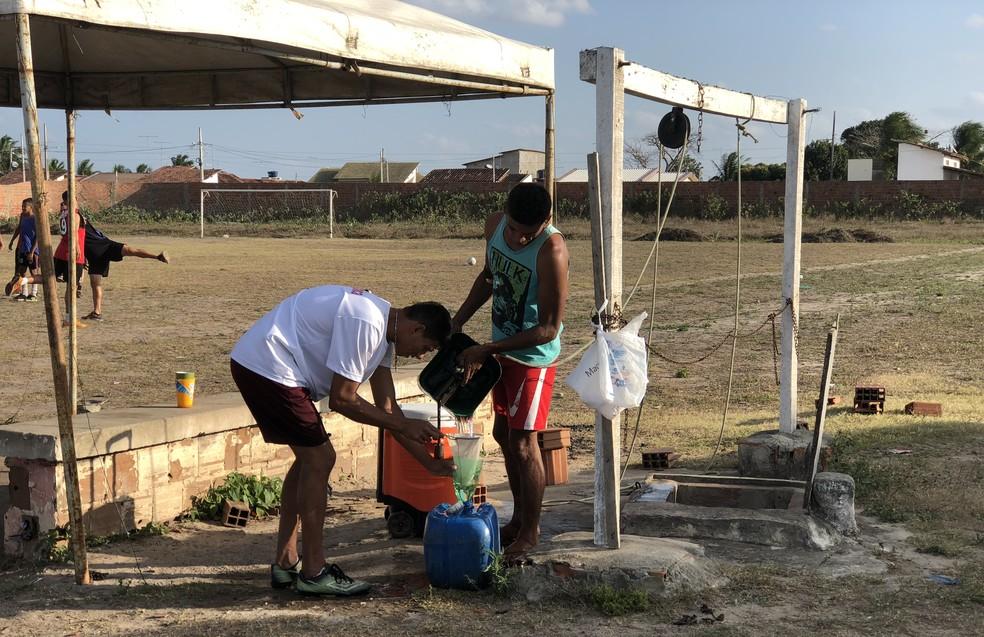 Água é retirada de cacimbão e coada para os jogadores tomarem — Foto: Lucas Barros/GloboEsporte.com