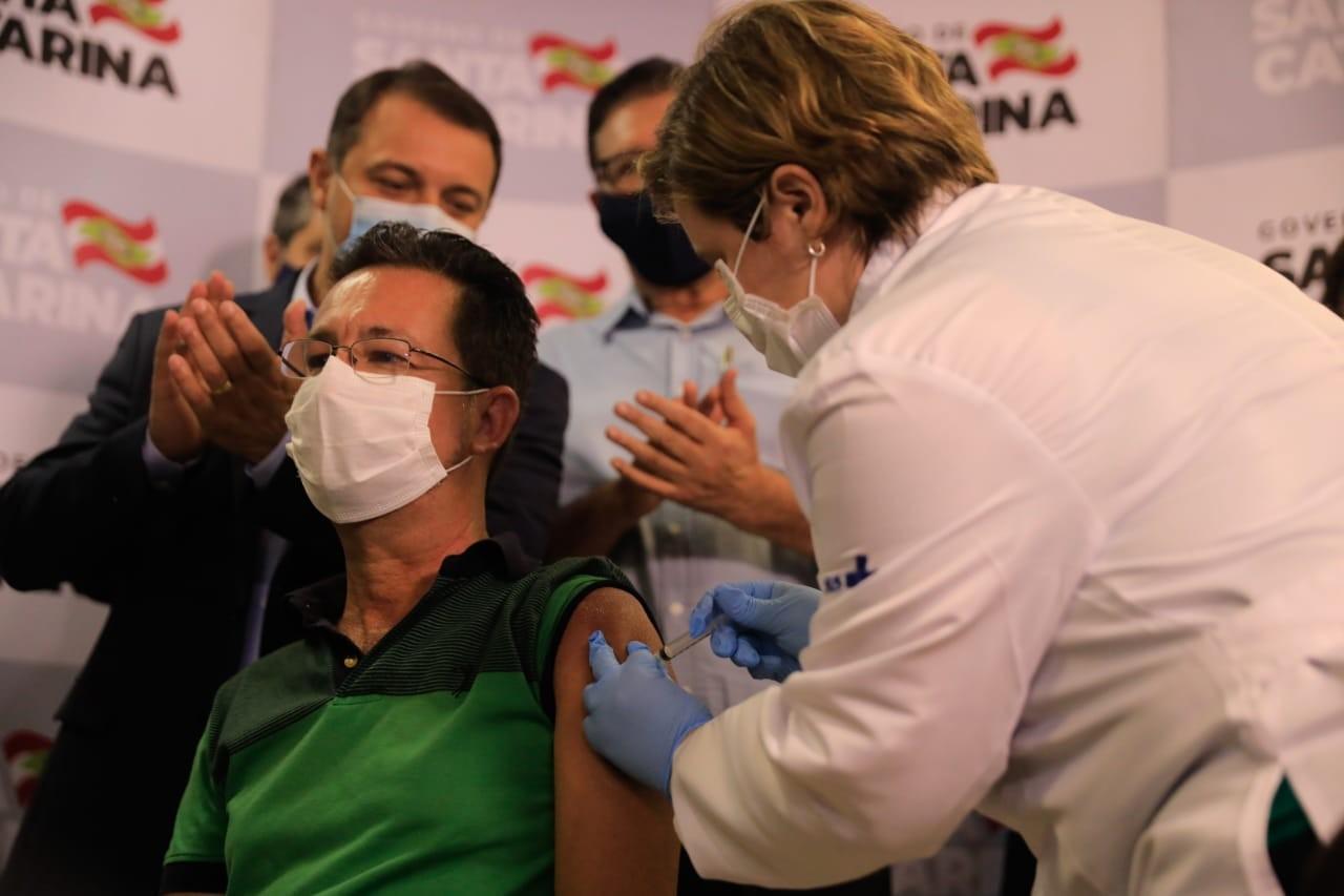 Enfermeira que aplicou 1ª dose da vacina contra Covid-19 em SC conta experiência: 'Um orgulho'
