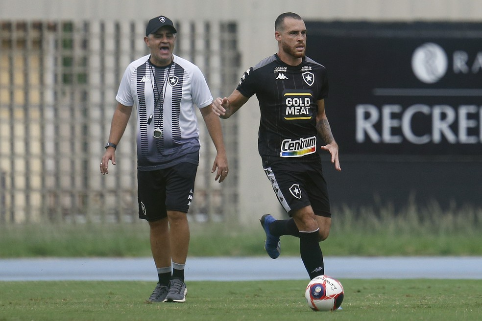 Pedro Castro durante o treino — Foto: Vitor Silva/Botafogo
