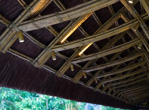 O restaurante é iluminado por pequenos lustres feitos de bambu (Foto: Bambubuild)