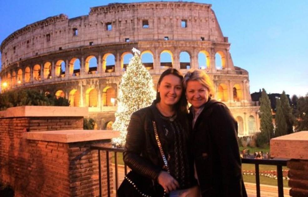 Luiza ao lado da mãe, no Natal de 2012, dias após receber alta hospitalar — Foto: Arquivo Pessoal