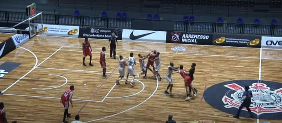 Briga entre jogadores de Osasco e Liga Sorocabana pelo Paulista de basquete — Foto: Reprodução/GCS TV