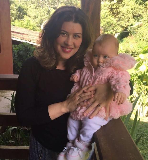 """Fernanda e a filha Aurora: """"Só quem é mãe sabe entende esse período de solidão"""" (Foto: Arquivo Pessoal)"""