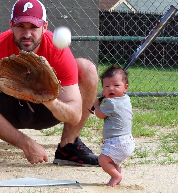 Pai e filho jogando baseboll (Foto: Matt Macmakesstuff)