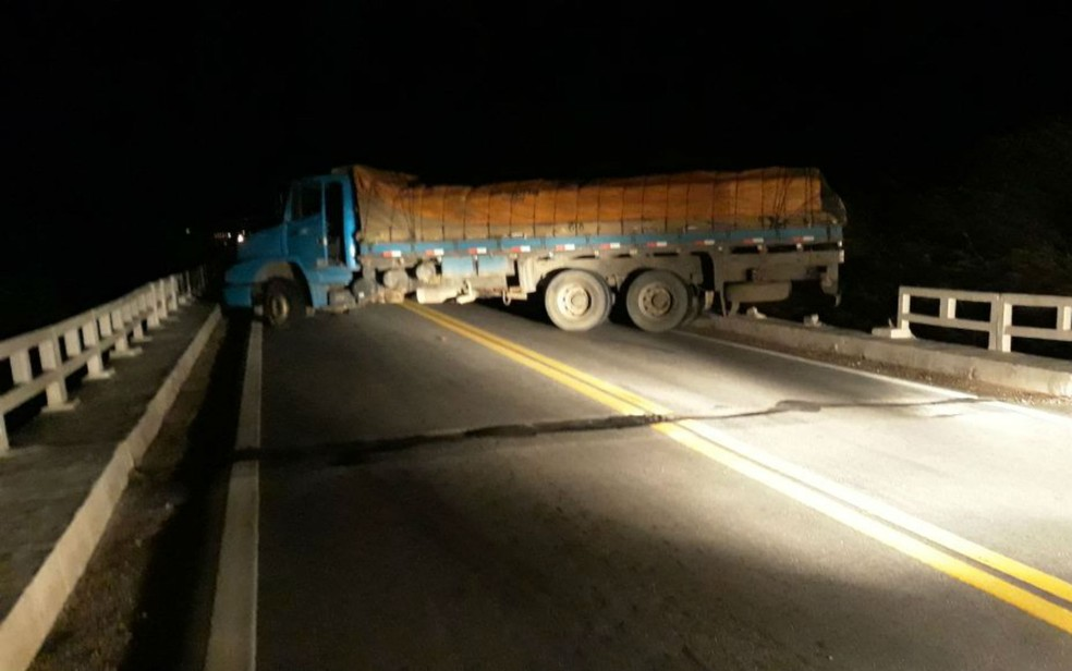 Caminhão foi utilizado para bloquear via (Foto: Divulgação/Polícia Rodoviária Federal)