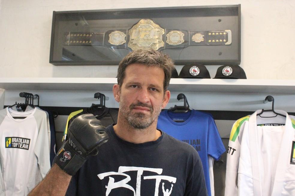 Murilo Bustamante e seu cinturão do UFC — Foto: Marcelo Barone