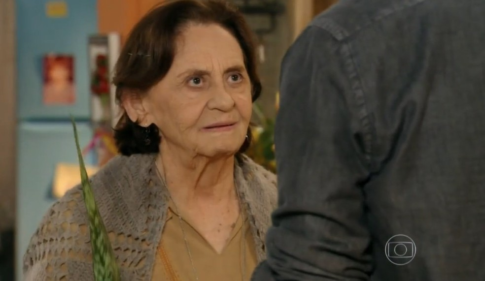 Em 'Flor do Caribe', Cassiano (Laura Cardoso) abençoa Cassiano (Henri Castelli) antes dele voltar para a mina — Foto: Globo