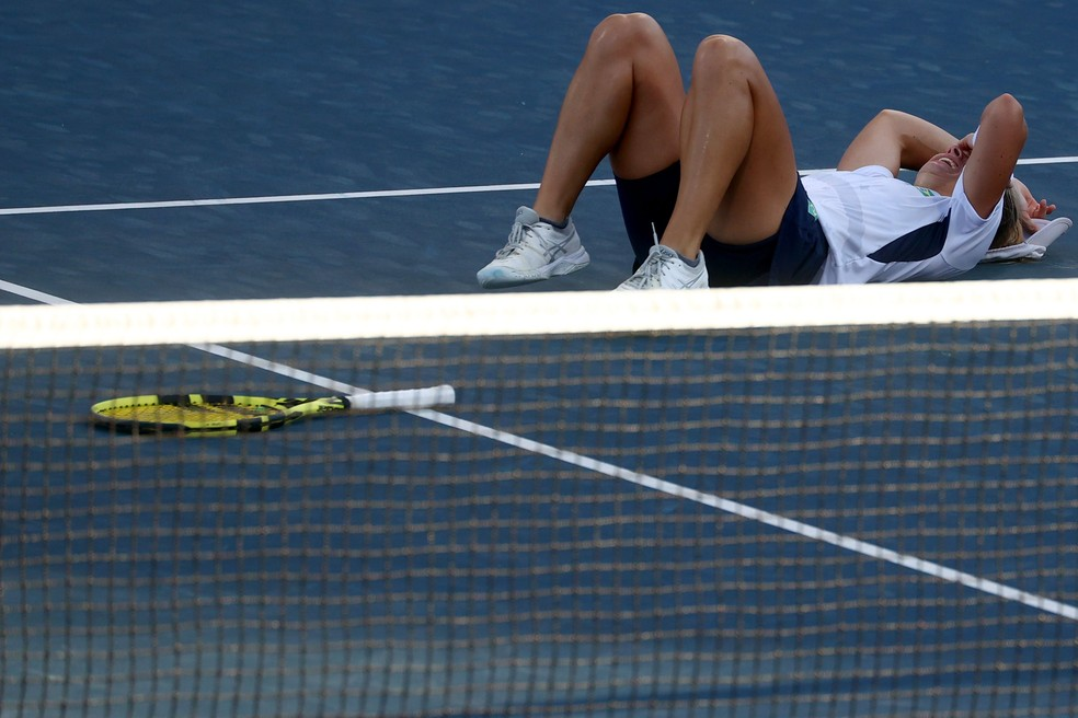 Laura Pigossi desaba após garantir a medalha de bronze — Foto: REUTERS/Yara Nardi