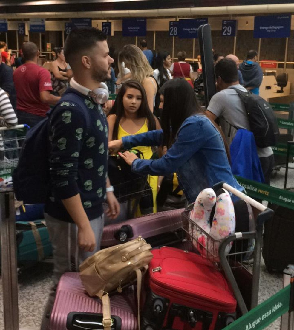 Passageiros do voo Latam que saíram do avião após luzes apagarem aguardam novo voo para Brasília — Foto: Samuel Barros/Arquivo pessoal