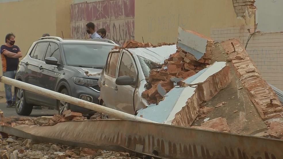 Muro caiu sobre carros em Araçatuba — Foto: Reprodução/TV TEM