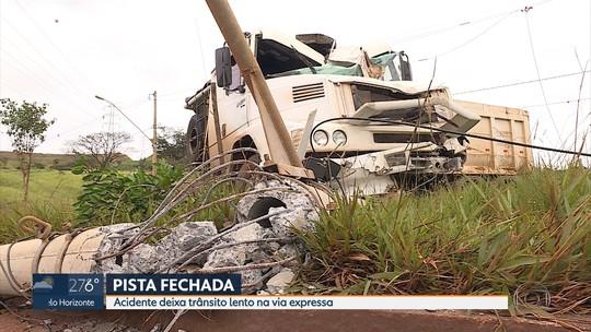 Carro e carreta se envolvem em acidente na Via Expressa, na Grande BH