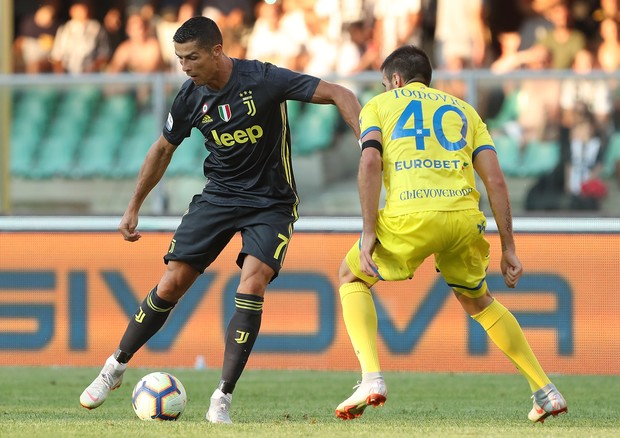 VERONA, ITALY - AUGUST 18:  Cristiano Ronaldo of Juventus FC is challenged by Nenad Tomovic of Chievo Verona during the serie A match between Chievo Verona and Juventus at Stadio Marc'Antonio Bentegodi on August 18, 2018 in Verona, Italy.  (Photo by Marco (Foto: Getty Images)