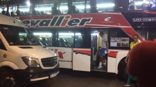 Na chegada do Palmeiras à Argentina, torcedores fazem cobrança a Dudu