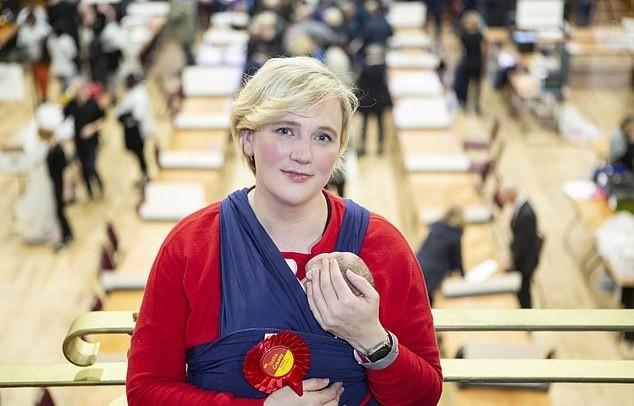 Política inglesa faz discurso de agradecimento com bebê de 2 semanas no colo depois de ser reeleita
