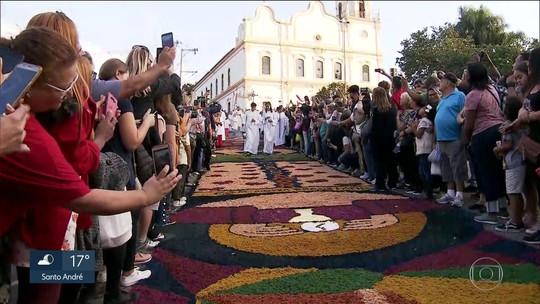 Católicos celebram o Corpus Christi com tapetes coloridos e procissões