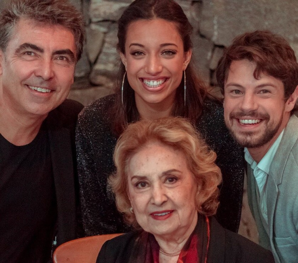 "Eva Wilma com  Johnnie Beat, Heloá Holanda e William Paiva, do elenco de ""Crise, que crise?"" (Foto: Reprodução/Instagram)"