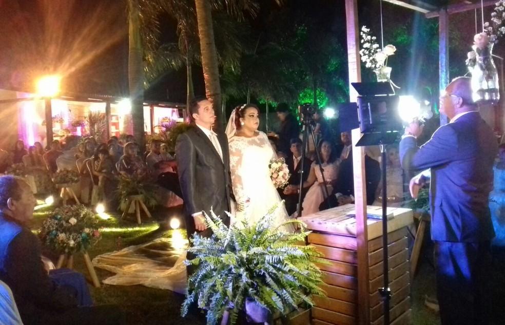 Érica e Gerivaldo casaram neste domingo (22) na Grande Natal; ela chegou à cerimônia em um carro da PM (Foto: Adriano Augusto)
