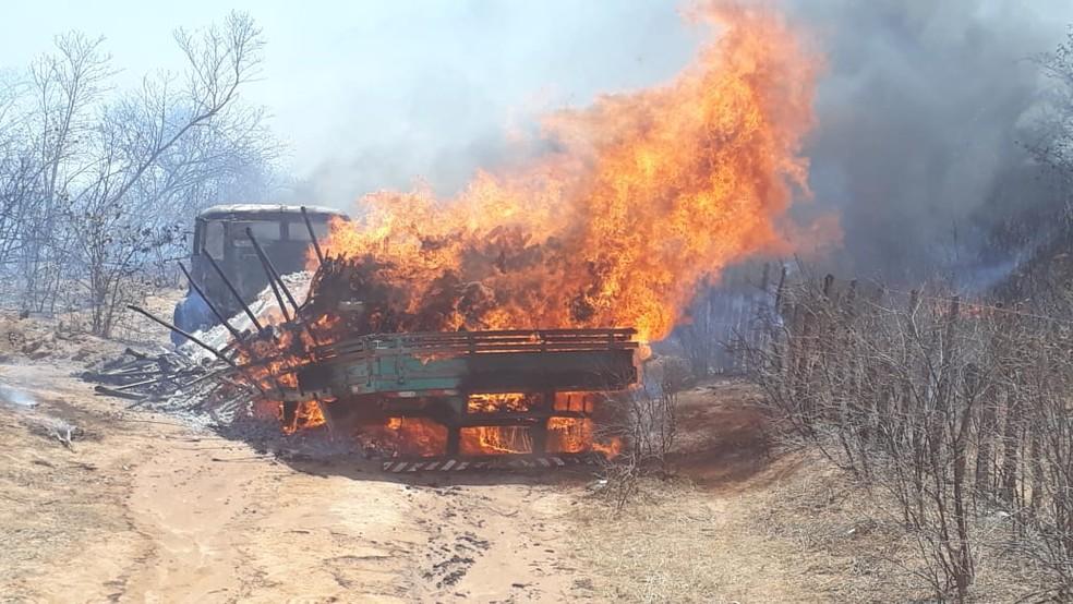 Após assassinar as vítimas, os suspeitos atearam fogo no caminhão — Foto: Divulgação/Corpo de Bombeiros