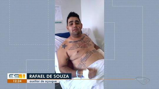 Motociclista arremessado em acidente diz que ficou consciente após a batida, em Vila Velha