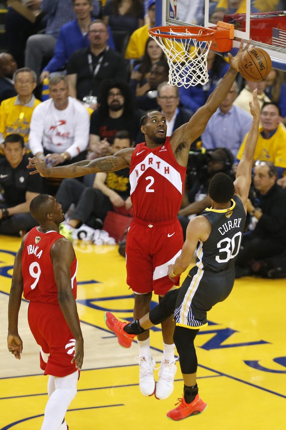 Kawhi e Curry no garrafão do jogo 6 da final entre Warriors e Raptors — Foto: Lachlan Cunningham/Getty Images
