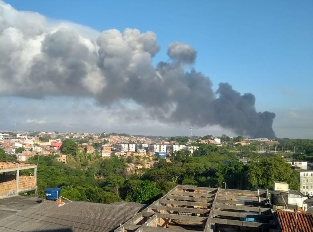 Fumaça do incêndio na fábrica de colchões pode ser vista do bairro de Cajazeiras, em Salvador  — Foto:  Mateus Massena/TV Bahia