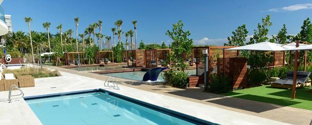 área externa do condomínio do grupo FENDI conta com jacuzzis e piscinas (Foto: Divulgação)