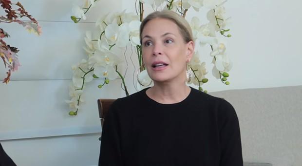Carolina Ferraz em entrevista pra Leda Nagle (Foto: Reprodução/Youtube)