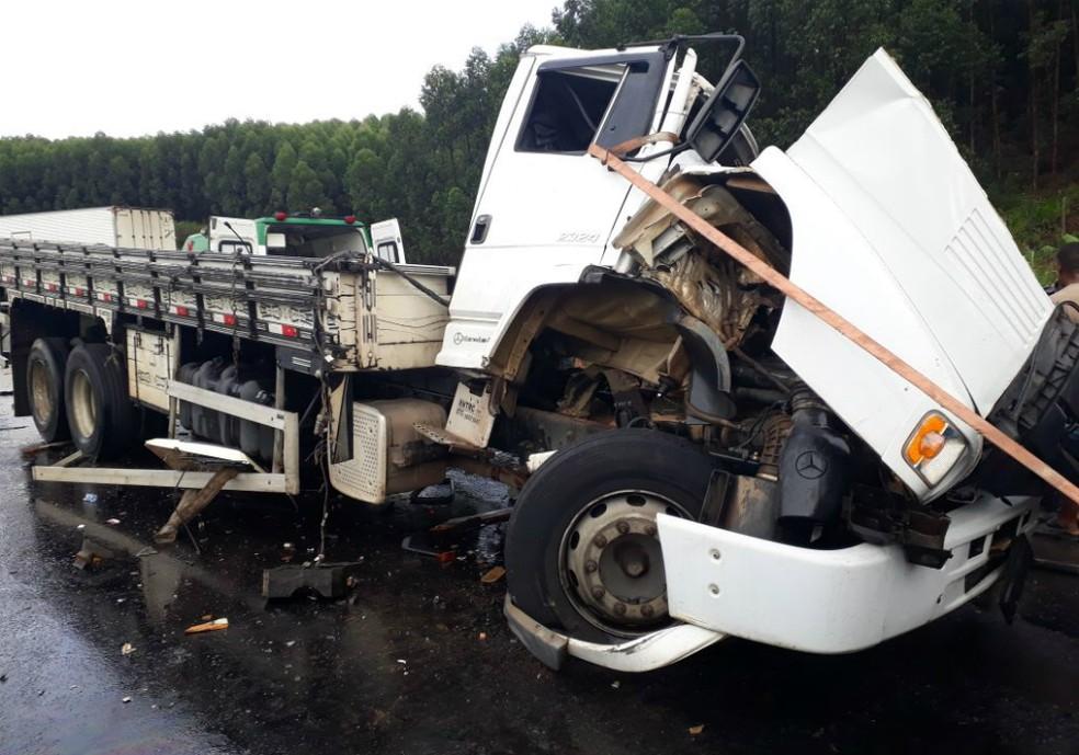Três pessoas ficaram feridas no acidente (Foto: Site Liberdade News)