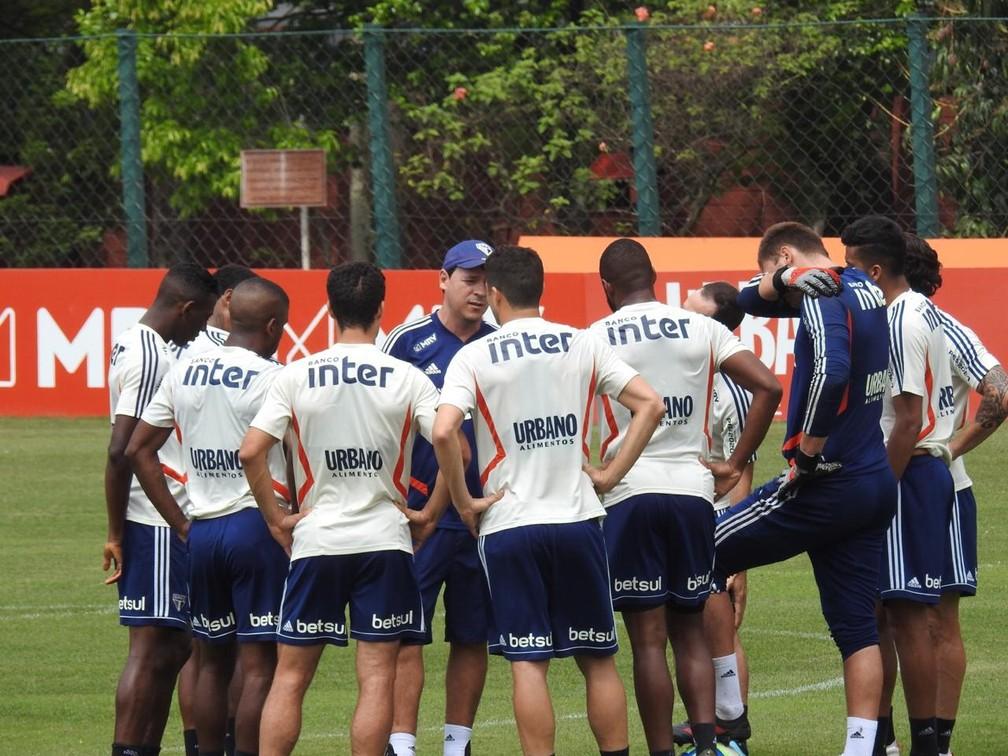 Fernando Diniz conversa com jogadores do São Paulo — Foto: Marcelo Hazan