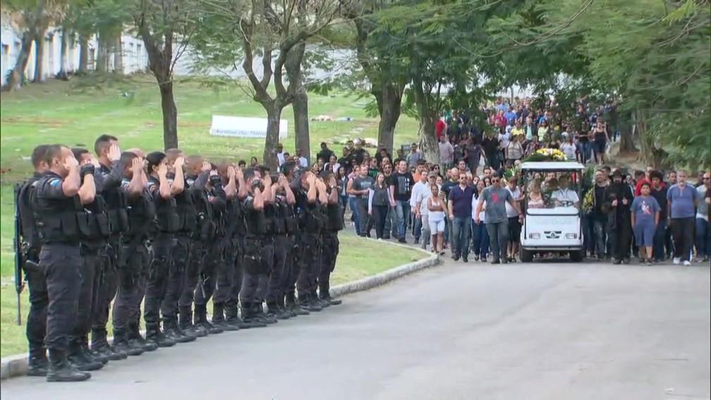 PMs, amigos e familiares foram homenagear o soldado Samir em enterro (Foto: Reprodução/TV Globo)