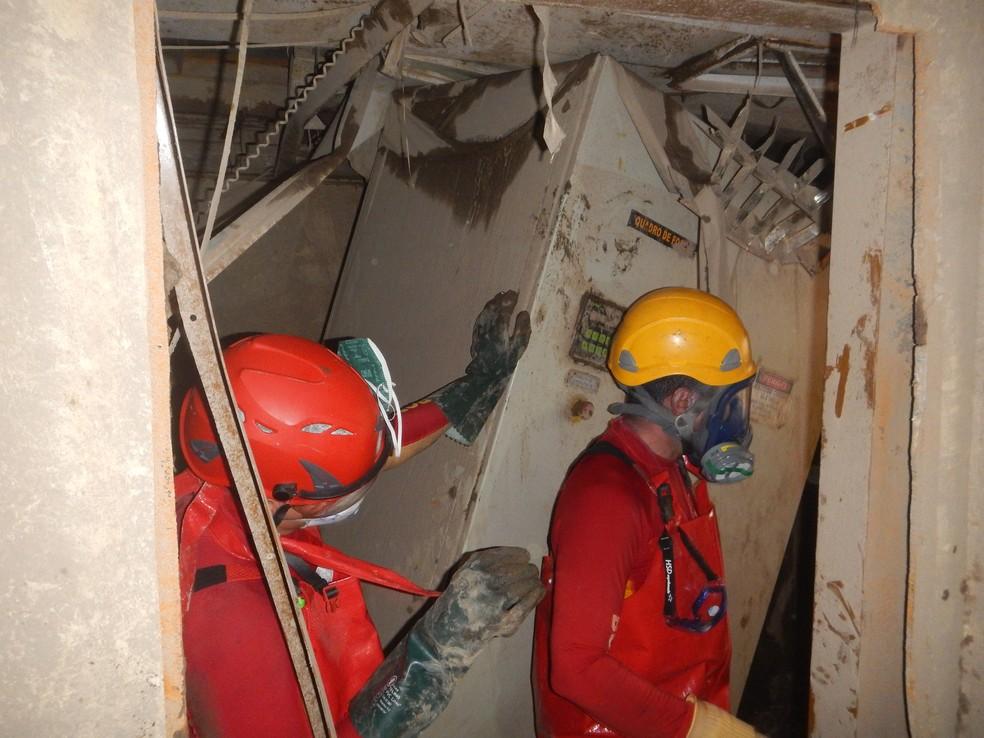 Bombeiros dentro do rebocador durante o resgate dos corpos das vítimas (Foto: CPC Renato Chaves/Divulgação)