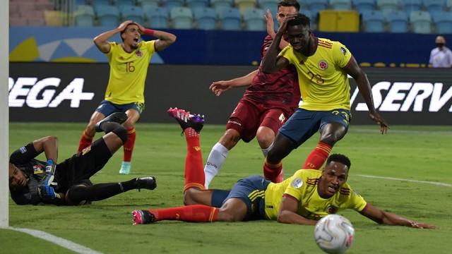 Mina não alcança a bola no jogo entre Colômbia e Venezuela