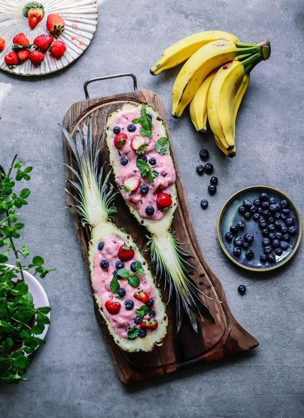 Smoothie servido no abacaxi: aprenda a receita refrescante (Foto: Simplesmente)