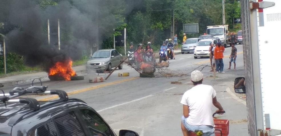 Moradores fecham e colocam corpos na BR-101, em Angra dos Reis — Foto: Divulgação