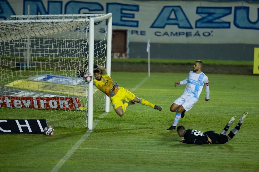 Rafael Navarro fez muito botafoguense gritar gol com o peixinho que acertou a parte de fora da rede — Foto: Marcos Zanutto/AGIF