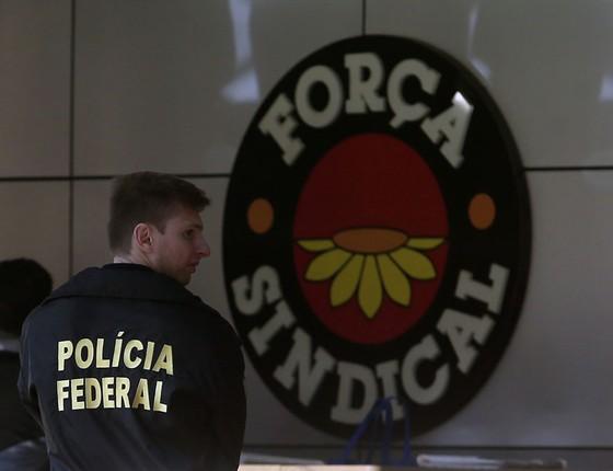 Operação Registro Espurio da Policia Federal. Policiais no interior da sede da Força Sindical em São Paulo (Foto: Edilson Dantas/Agência O Globo)