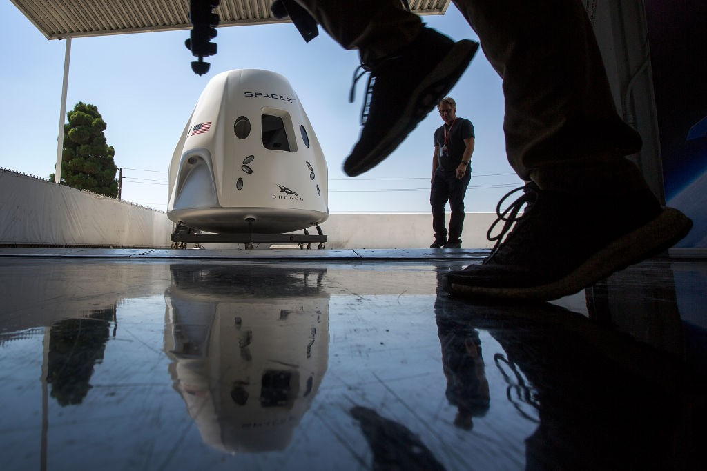 HAWTHORNE, CA - AUGUST 13: A mock up of the Crew Dragon spacecraft is seen during a media tour of SpaceX headquarters and rocket factory on August 13, 2018 in Hawthorne, California. SpaceX plans to use the spaceship Crew Dragon, a passenger version of the (Foto: Getty Images)