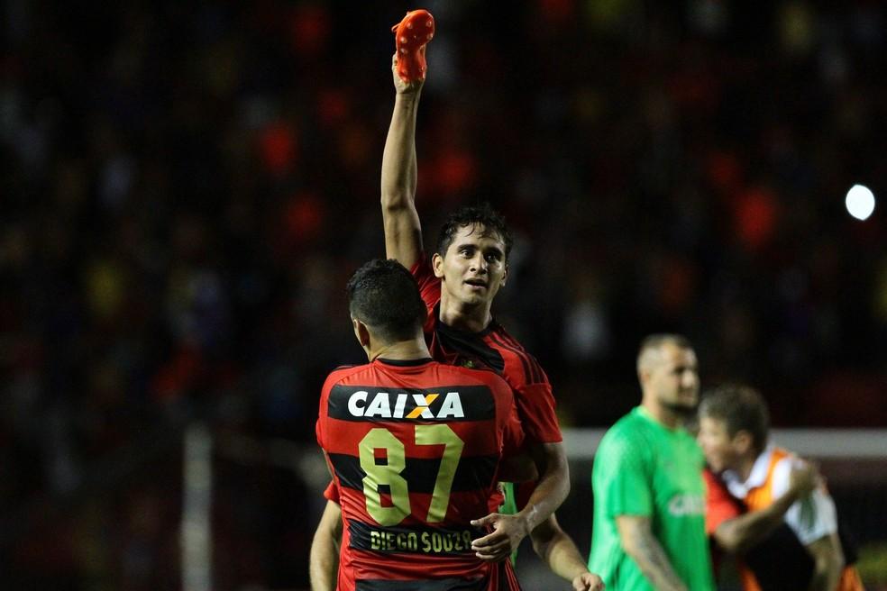 Após vitória contra o Santa, Everton mostra as chuteiras para a torcida adversária (Foto: Aldo Carneiro/ Pernambuco Press)