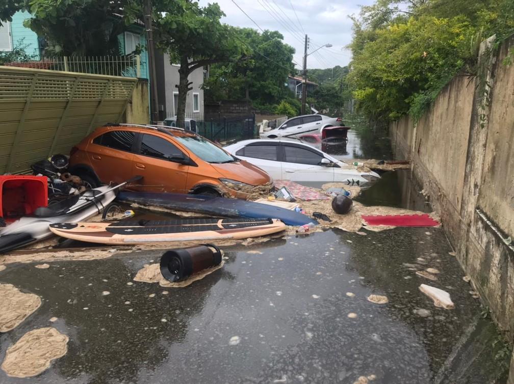 Carros atingidos pelo alagamento na Lagoa da Conceição, em Florianópolis — Foto: Defesa Civil/ Divulgação