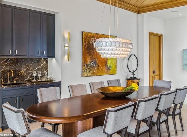 A mesa de jantar fica conectada à sala de estar (Foto: MLS/ Reprodução)
