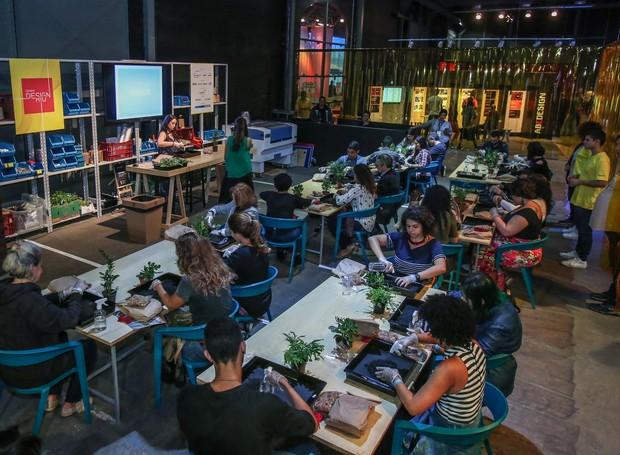 Stéphanie Durante, editora de Casa e Jardim, durante workshop sobre Kokedamas nas quinta edição da Semana Design Rio, no Pier Mauá (Foto: Eduardo Uzal/Divulgação)