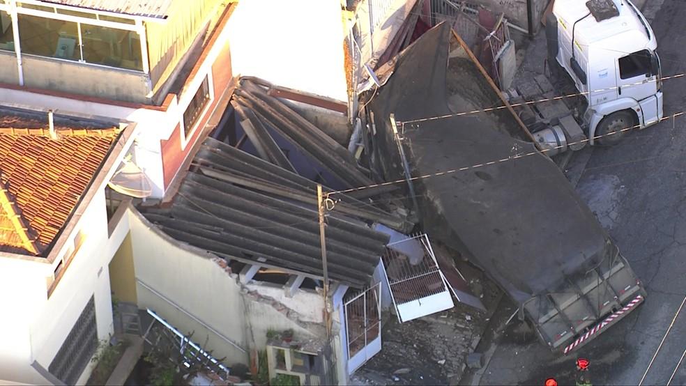 Caminhão atinge três casas na Zona Leste de SP (Foto: Reprodução/TV Globo)