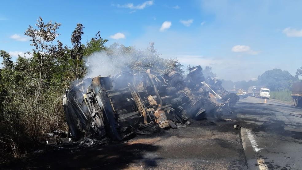 Caminhão ficou destruído após o incêndio — Foto: PRF/Divulgação