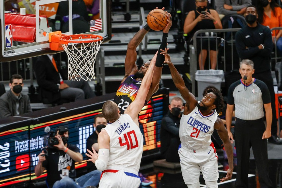 Ayton tenta a cesta contra os Clippers — Foto: Christian Petersen/Getty Images
