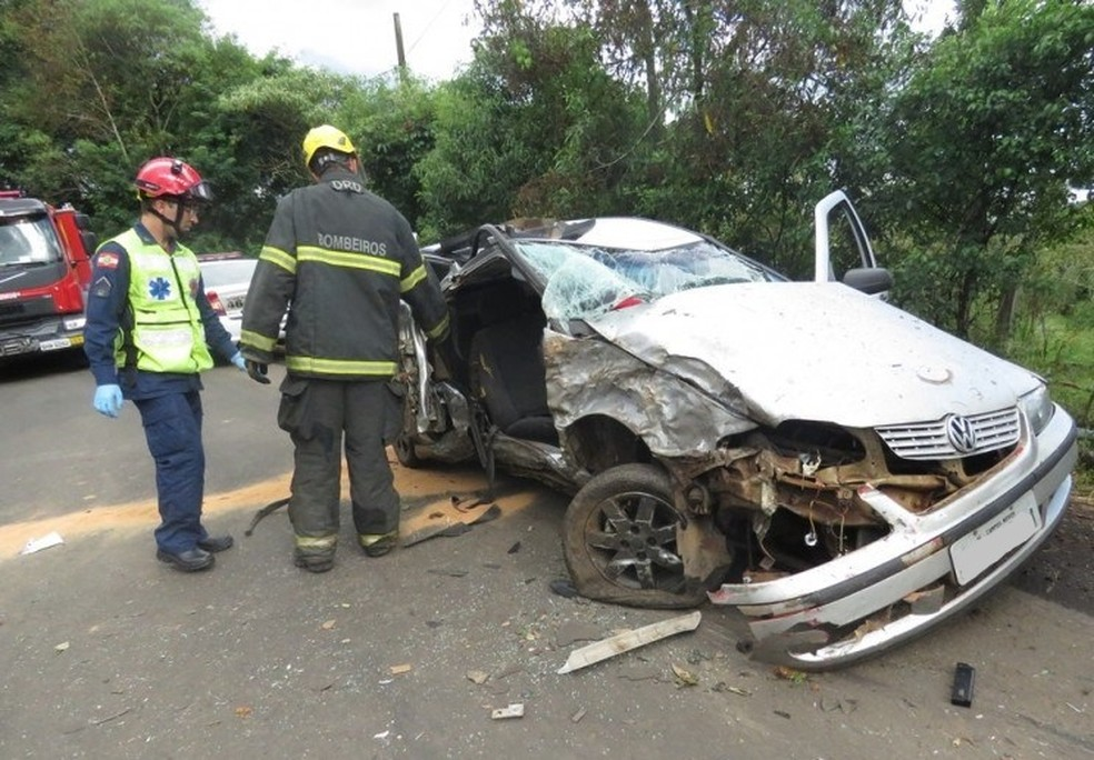 Gol colidiu em árvore em Luzerna e duas pessoas morreram (Foto: Portal Caco da Rosa)