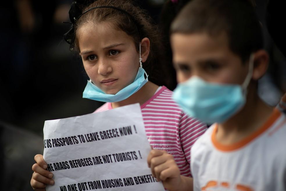 Crianças participam de protesto de refugiados contra a expulsão de imigrantes da Grécia em 29 de maio — Foto: Alkis Konstantinidis/Reuters